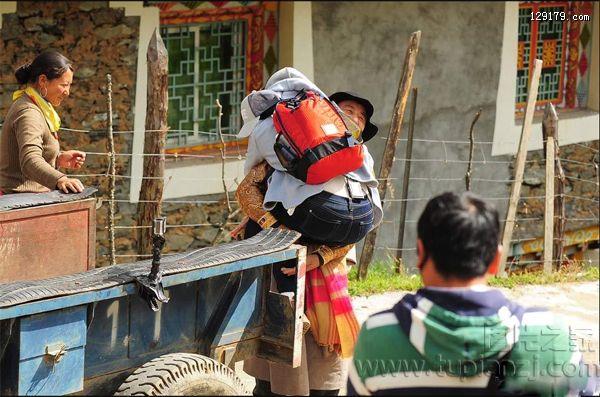 林志玲坐拖拉机进村遭村长熊抱